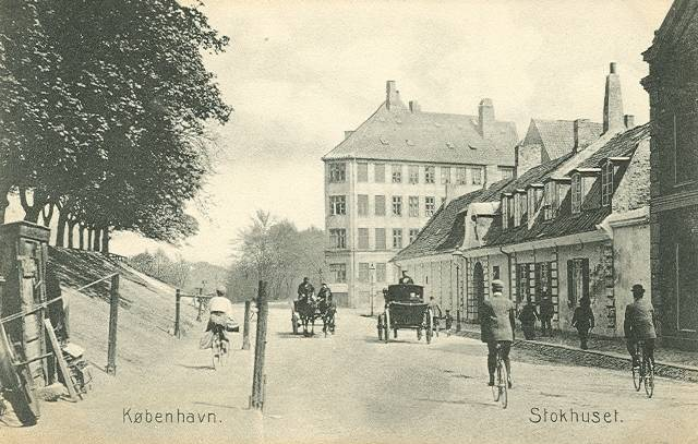 oester-voldgade-postkort-med-stokhuset-ca-1910