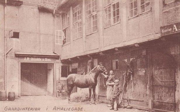 Amaliegade - Gårdinteriør i Amaliegade hos virksomheden J.P. Quaade & Søn - postkort fra 1920