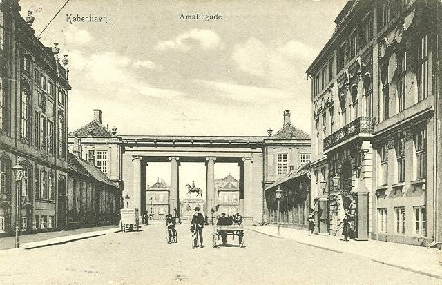 Amaliegade set mod Amalienborg - postkort fra ca 1910