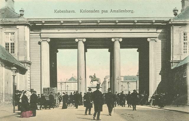 Amaliegade ved kolonnaden på Amalienborg - postkort fra ca 1910