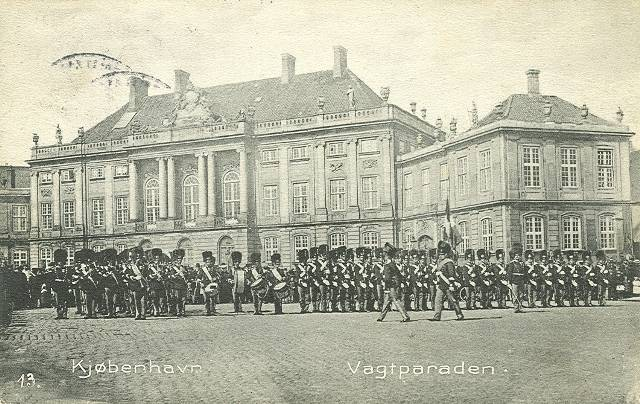 Amalienborg Slotsplads - 3 - ældre postkort