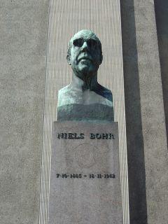 Bohr, Niels - buste på Frue Plads