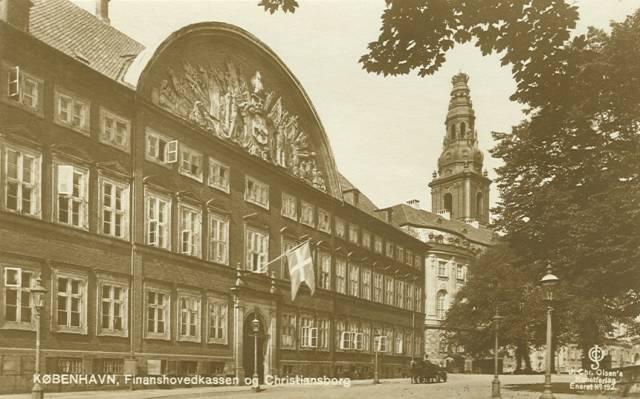 christiansborg-slotsplads-postkort-nr-192-med-den-roede-bygning-ca-1925