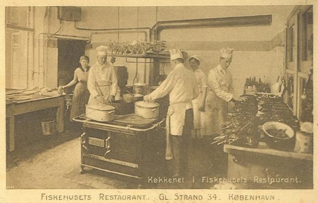 gammel-strand-postkort-koekkenet-i-krogs-ca-1920
