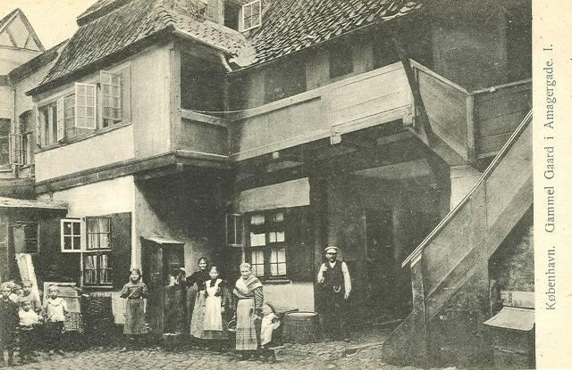 Gammel gård i Amagergade - postkort nr.523 af Fritz Benzen - postkort fra ca.1910