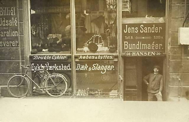 groennegade-postkort-med-jens-sanders-bundtmagerforretning-afsendt-i-1910