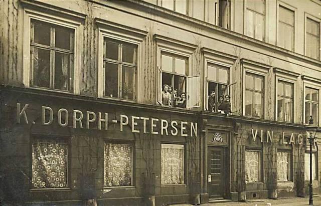 Hauser Plads 28-32 - K. Dorph-Petersen Vinlager - postkort fra 1912