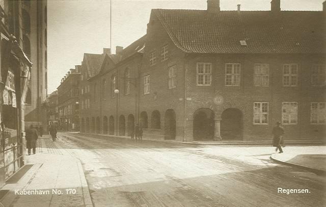 koebmagergade-regensen-og-rundetaarn-postkort-fra-ca-1925