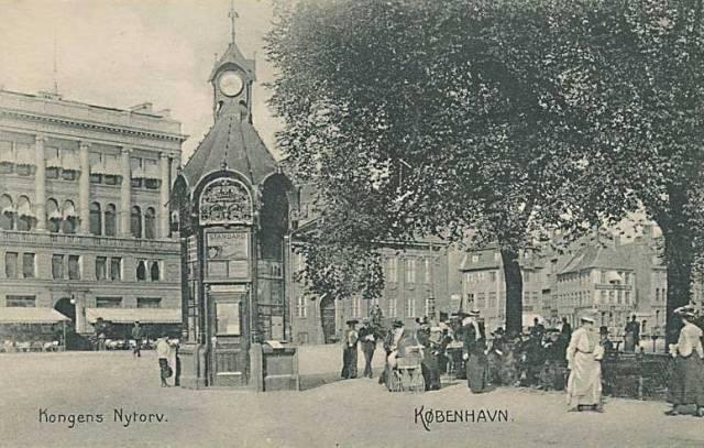 kongens-nytorv-postkort-med-gammel-aviskiosk-afsendt-i-1908