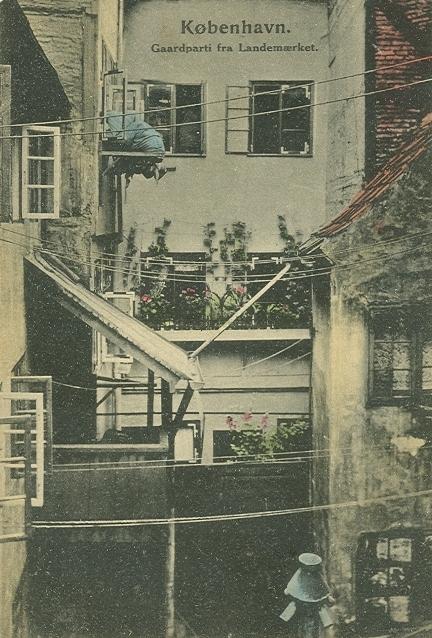 landemaerket-postkort-nr-629-med-gaardparti-ca-1910