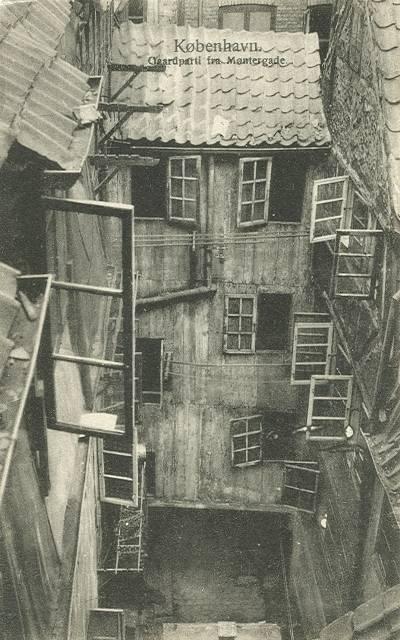 moentergade-postkort-med-gaardparti-ca-1910