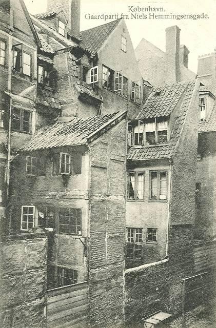 niels-hemmingsensgade-postkort-nr-596-med-gaardparti-ca-1910