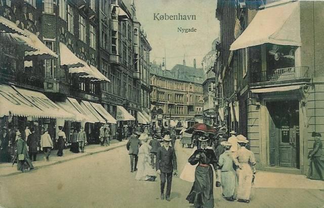 nygade-postkort-med-nygade-set-mod-vimmelskaftet-ca-1915