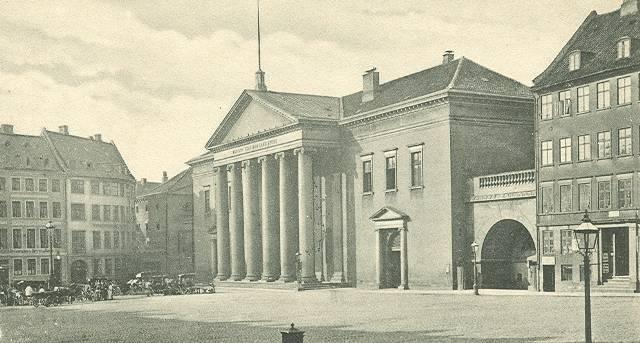 nytorv-postkort-nr-33-med-domhuset-ca-1905