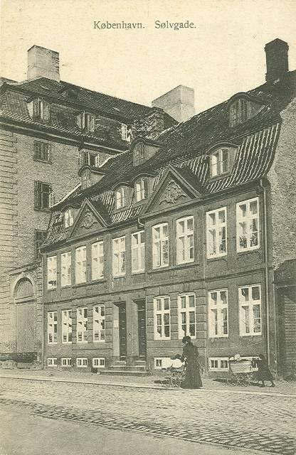 soelvgade-postkort-med-holmblads-gaard-ca-1910