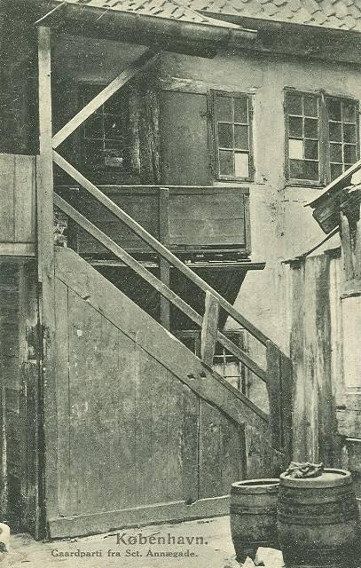 sankt-annae-gade-postkort-nr-632-med-gaardparti-ca-1910