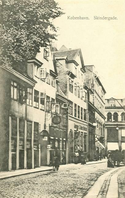 skindergade-med-koebmagergade-i-baggrunden-postkort-fra-1908
