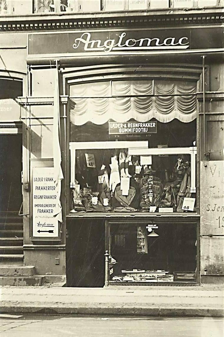 st-kongensgade-nr-19-med-anglomac-toejforretning-postkort-fra-1915