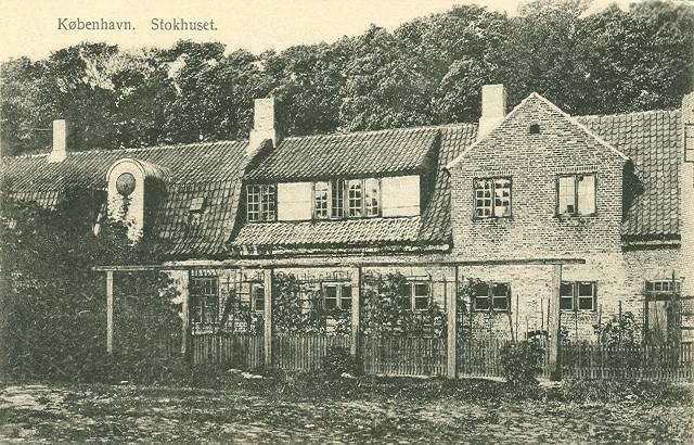 stokhusgade-stokhuset-med-volden-i-baggrunden-postkort-fra-ca-1910