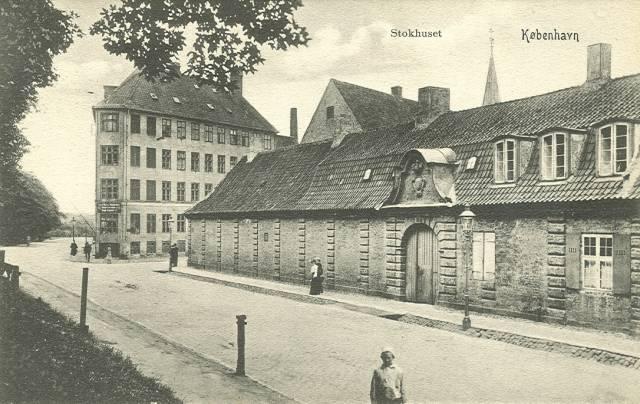 stokhusgade-stokhuset-postkort-fra-ca-1910