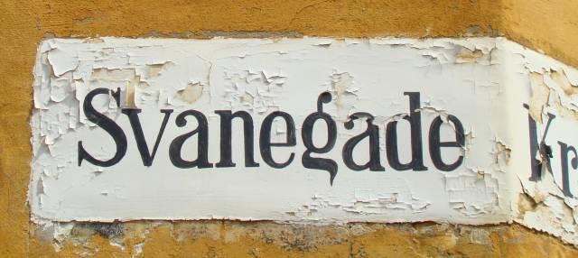 svanegade-gadenavnet-paamalet-paa-hjoernet-til-krokodillegade