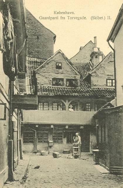 torvegade-gaardparti-fra-ejendommen-skibet-ii-postkort-fra-ca-1910