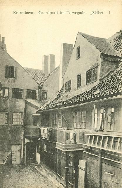 torvegade-gaardparti-fra-ejendommen-skibet-postkort-fra-ca-1910