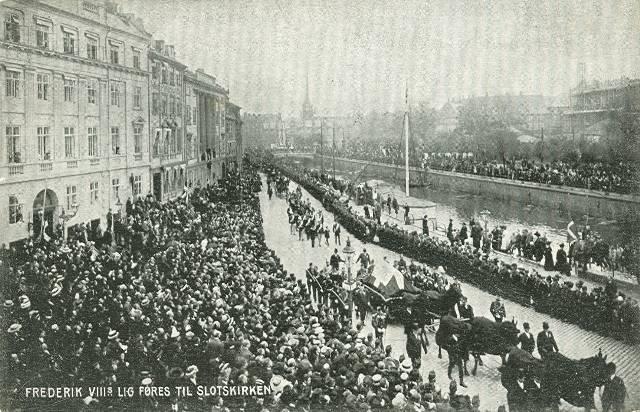 ved-stranden-postkort-med-frederik-viiis-lig-afsendt-i-1912