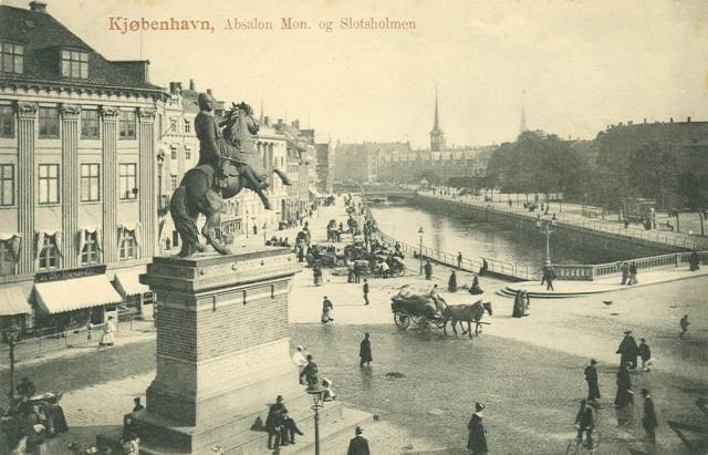 ved-stranden-postkort-med-ved-stranden-og-boersen-set-fra-hoejbro-plads-ca-1910