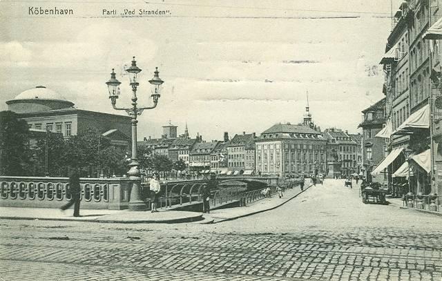 ved-stranden-postkort-med-ved-stranden-set-fra-holmens-kanal-mod-hoejbro-plads-afsendt-i-1912