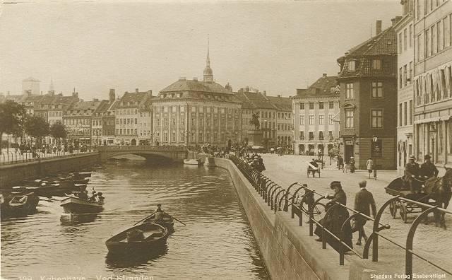 ved-stranden-postkort-med-ved-stranden-set-mod-hoejbro-plads-ca-1915