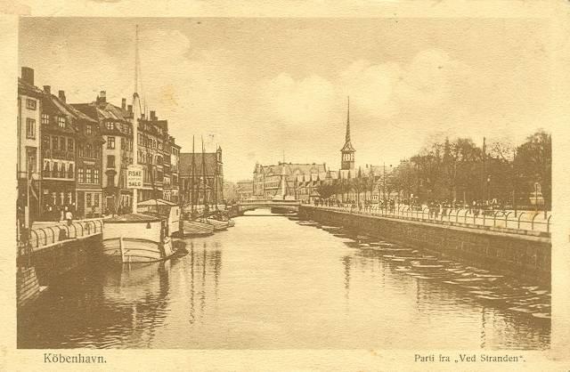 ved-stranden-postkort-med-ved-stranden-set-mod-holmens-kirke-afsendt-i-1917