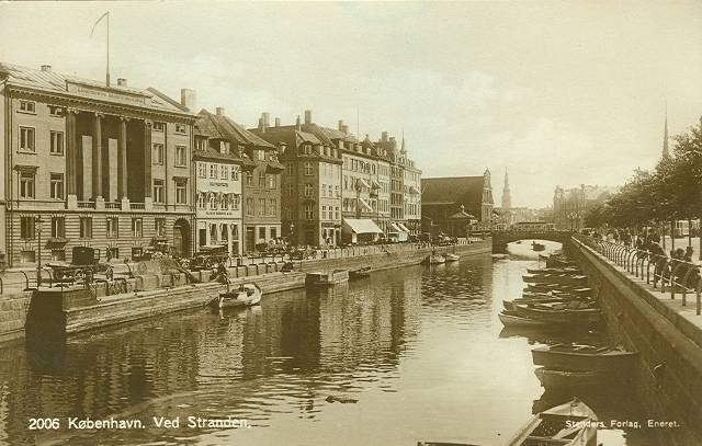 ved-stranden-postkort-med-ved-stranden-set-mod-holmens-kirke-ca-1915